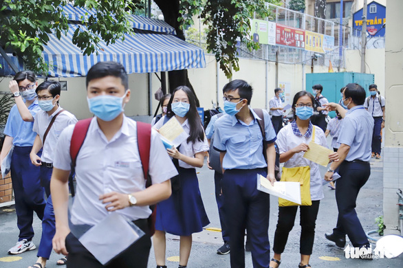Sáng nay 26-5, hơn 2.600 thí sinh thi vào lớp 10 Trường phổ thông Năng khiếu - Ảnh 4.