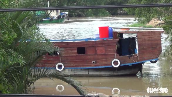 Trinh sát hình sự ập vào tàu du lịch trên sông, bắt quả tang các quý bà miền Tây đánh bài - Ảnh 2.