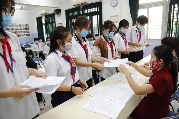 Thi vào lớp 10 tại TP.HCM: Thí sinh có dấu hiệu sốt sẽ thi phòng riêng - Ảnh 1.