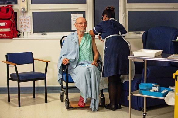 Người thứ hai tiêm vắc xin COVID-19 ở Anh qua đời  - Ảnh 1.