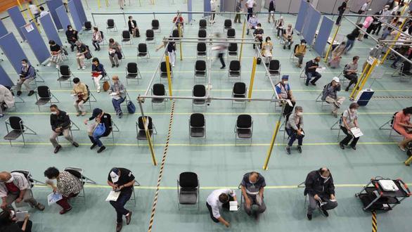 Nhật huy động nhân viên phòng thí nghiệm tham gia tiêm vắc xin - Ảnh 1.