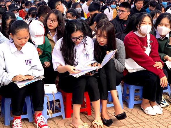 Nhiều đại học tạm dừng nhận hồ sơ xét tuyển trực tiếp tại trường - Ảnh 1.