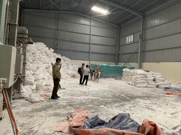 Hơn 1.000 bao bột sắn Made in Laos được phù phép sang nhãn hiệu Việt Nam - Ảnh 1.