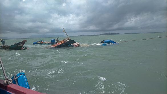 Cứu sống 3 thuyền viên bị chìm tàu vì sà lan đâm trúng - Ảnh 1.