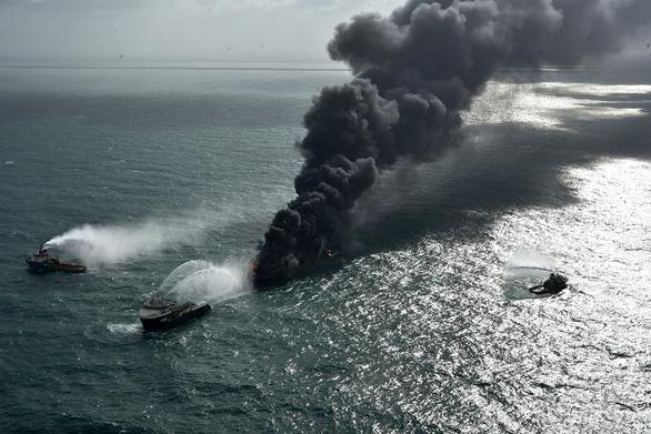 Tàu Singapore chở 1.500 container cháy ngùn ngụt ngoài khơi 6 ngày liền - Ảnh 5.
