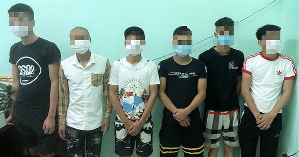 6 thanh niên tụ tập ăn uống giữa tâm dịch bị phạt 102 triệu đồng - Ảnh 1.