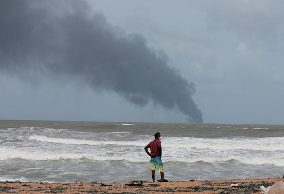 Tàu Singapore chở 1.500 container cháy ngùn ngụt ngoài khơi 6 ngày liền - Ảnh 3.