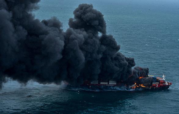 Tàu Singapore chở 1.500 container cháy ngùn ngụt ngoài khơi 6 ngày liền - Ảnh 1.