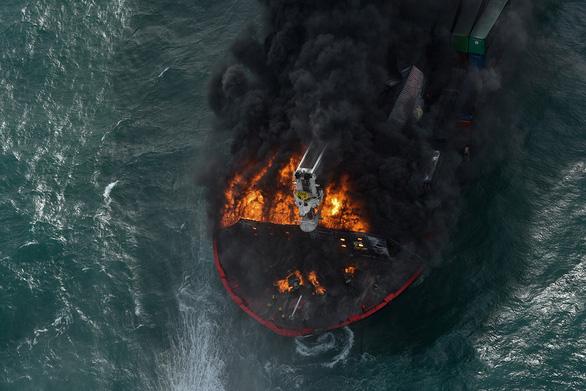 Tàu Singapore chở 1.500 container cháy ngùn ngụt ngoài khơi 6 ngày liền - Ảnh 4.