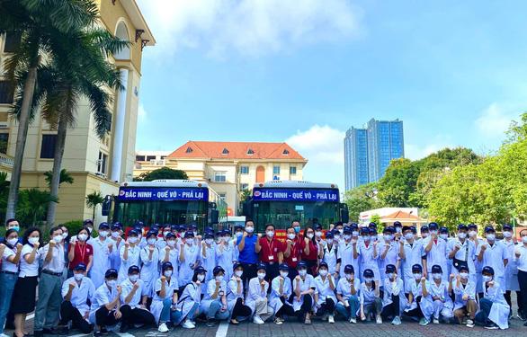 100 giảng viên, sinh viên trường y lên đường chi viện Bắc Giang, Bắc Ninh dập dịch - Ảnh 1.