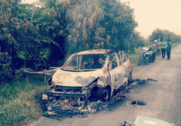 Điều tra vụ taxi 4 chỗ bị thiêu rụi trên đường, vị trí ghế tài xế có 1 người chết - Ảnh 1.