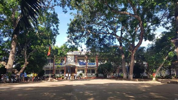 Sân trường kỷ niệm - Kỳ 2: Nhớ lắm, ngôi trường đất miệt bưng biền - Ảnh 2.