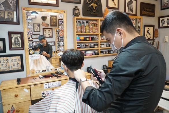 Chủ tiệm tóc nói với thợ: Nghỉ làm rồi, có khó khăn cứ gọi cho anh!' - Ảnh 1.