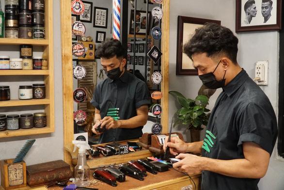 Chủ tiệm tóc nói với thợ: Nghỉ làm rồi, có khó khăn cứ gọi cho anh!' - Ảnh 2.