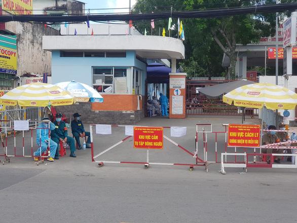 Bệnh viện quận Tân Phú tạm ngưng nhận bệnh vì 3 ca nghi nhiễm COVID-19 - Ảnh 1.