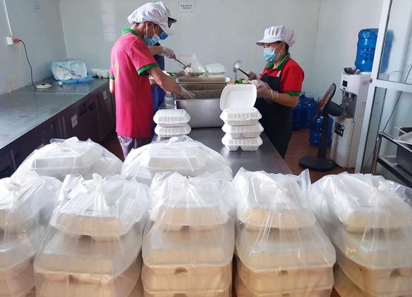 Cựu học sinh Bắc Giang ủng hộ tuyến đầu chống dịch COVID-19 hơn 2 tỉ đồng - Ảnh 3.