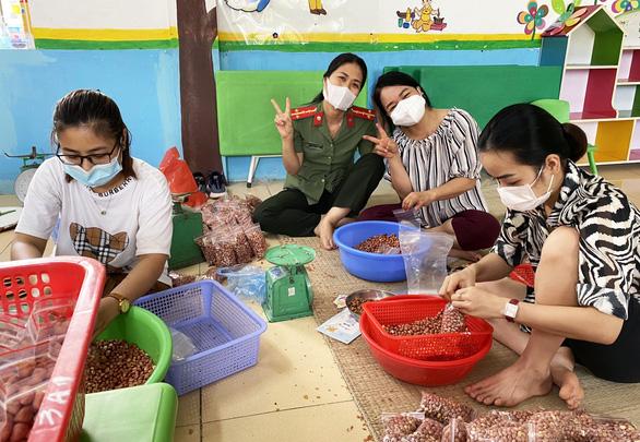 Cựu học sinh Bắc Giang ủng hộ tuyến đầu chống dịch COVID-19 hơn 2 tỉ đồng - Ảnh 2.