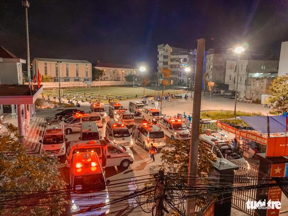 Bắc Giang điều hàng loạt xe cứu thương đưa 3.000 công nhân đi cách ly - Ảnh 2.