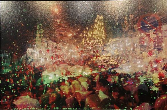 Một bức ảnh của Nguyễn Phương trong triển lãm nhóm Khuôn dạng giống như một bức tranh trừu tượng sặc sỡ sắc màu