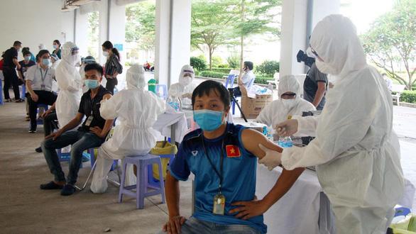 Bộ Y tế chuẩn bị chiến dịch tiêm chủng COVID-19 với 15.000 điểm tiêm, quân đội vận chuyển - Ảnh 1.