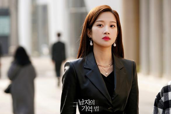 Moon Ga Young và mối tình định mệnh trong Tìm em trong ký ức - Ảnh 4.