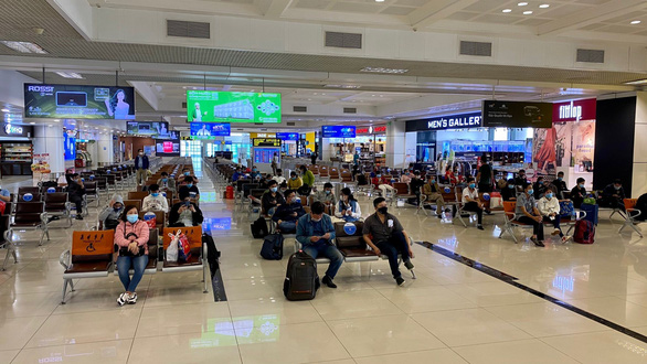 Nước sát khuẩn tay ở sân bay Nội Bài là nước lã? - Ảnh 1.