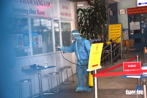 Bệnh viện quận Bình Thạnh tạm ngưng nhận bệnh vì 3 ca nghi COVID-19 đến khám - Ảnh 1.