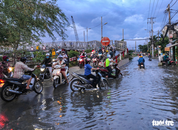 Không mưa, triều cường không lớn nhưng Mễ Cốc ở quận 8 vẫn ngập lênh láng - Ảnh 9.