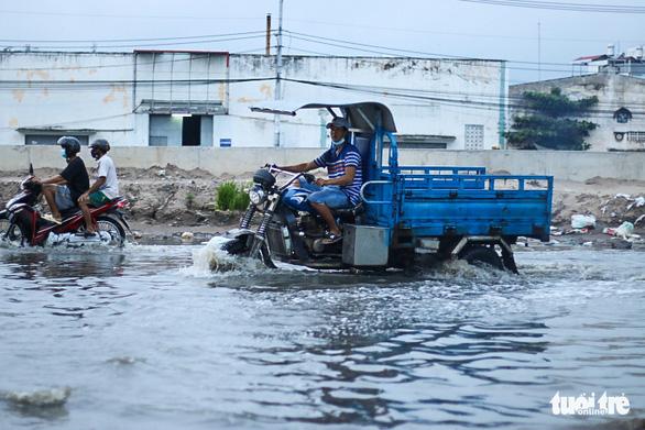 Không mưa, triều cường không lớn nhưng Mễ Cốc ở quận 8 vẫn ngập lênh láng - Ảnh 4.