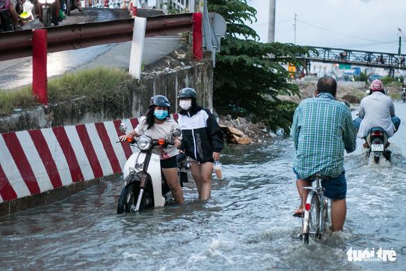 Không mưa, triều cường không lớn nhưng Mễ Cốc ở quận 8 vẫn ngập lênh láng - Ảnh 3.