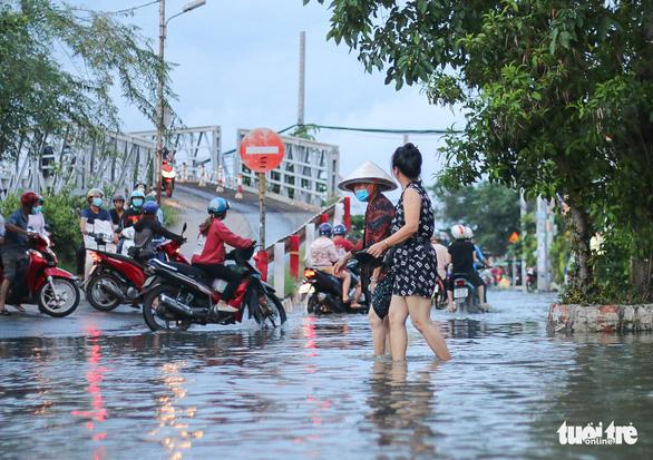 Không mưa, triều cường không lớn nhưng Mễ Cốc ở quận 8 vẫn ngập lênh láng - Ảnh 10.