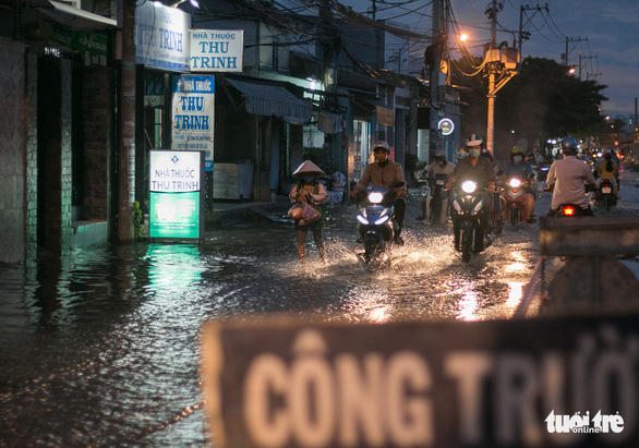 Không mưa, triều cường không lớn nhưng Mễ Cốc ở quận 8 vẫn ngập lênh láng - Ảnh 12.