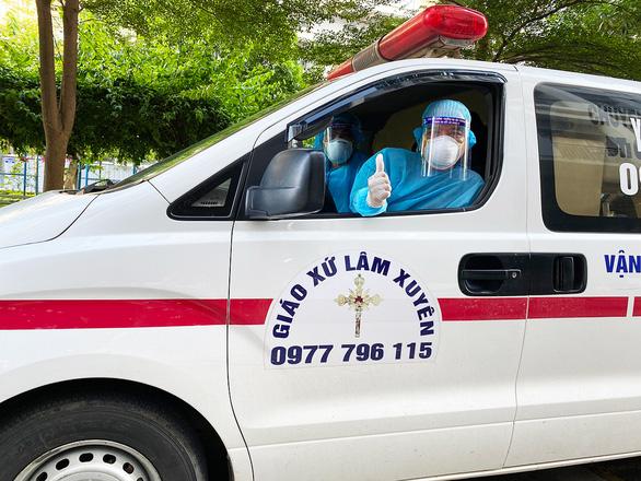 Hai tài xế lái xe cứu thương từ Nghệ An ra 'chia lửa' với Bắc Giang - Ảnh 1.