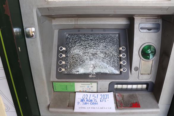 Người đập phá hàng loạt trụ ATM có biểu hiện tâm thần bất thường - Ảnh 2.