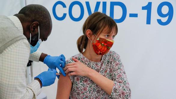 Người từng mắc COVID-19 được tiêm vắc xin chống các biến thể tốt hơn - Ảnh 1.