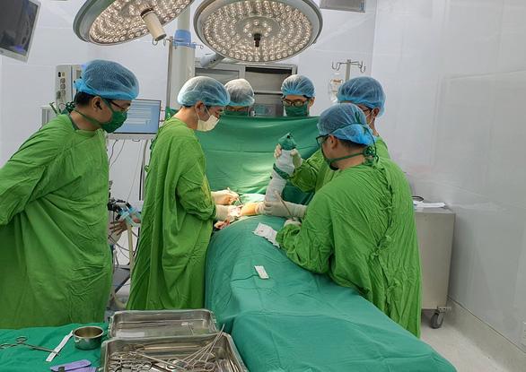 Phẫu thuật thành công cho cô gái mắc bệnh chim sệ cánh 17 năm không thể khép vai - Ảnh 1.