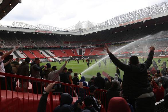 Trận Man Utd - Liverpool bị hoãn vì cổ động viên bạo loạn - Ảnh 1.