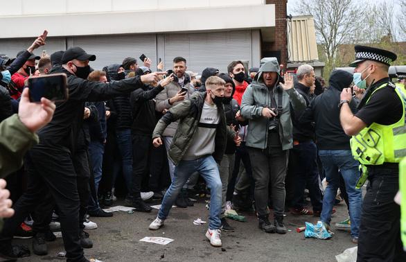 Trận Man Utd - Liverpool bị hoãn vì cổ động viên bạo loạn - Ảnh 2.