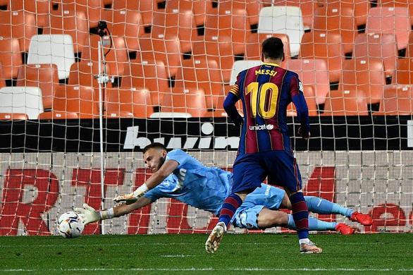 Messi đá phạt ghi bàn đẹp mắt giúp Barca tiếp tục bám đuổi Atletico - Ảnh 2.