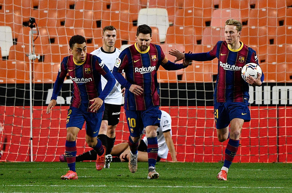 Messi đá phạt ghi bàn đẹp mắt giúp Barca tiếp tục bám đuổi Atletico - Ảnh 1.