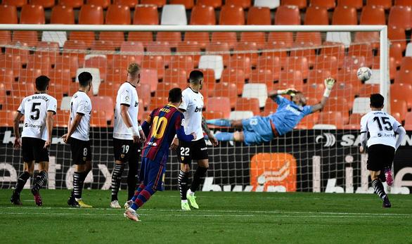 Messi đá phạt ghi bàn đẹp mắt giúp Barca tiếp tục bám đuổi Atletico - Ảnh 3.