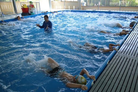 Ngăn sông, ngăn đê dạy bơi cho trẻ - Ảnh 1.
