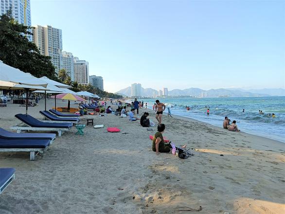 Khánh Hòa lập nhiều tổ kiểm tra, dựng barie bãi biển phòng chống COVID-19 - Ảnh 2.