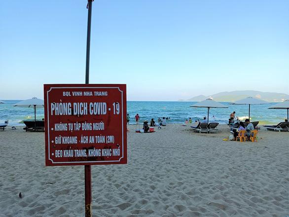 Khánh Hòa lập nhiều tổ kiểm tra, dựng barie bãi biển phòng chống COVID-19 - Ảnh 1.