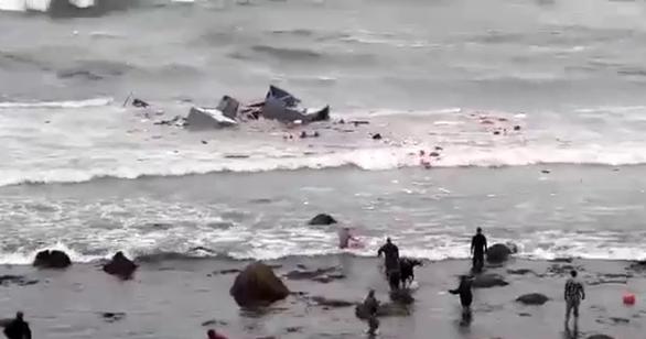 Lật tàu chở người nhập cư trái phép ở Mỹ: 3 người thiệt mạng, 27 người bị thương - Ảnh 1.