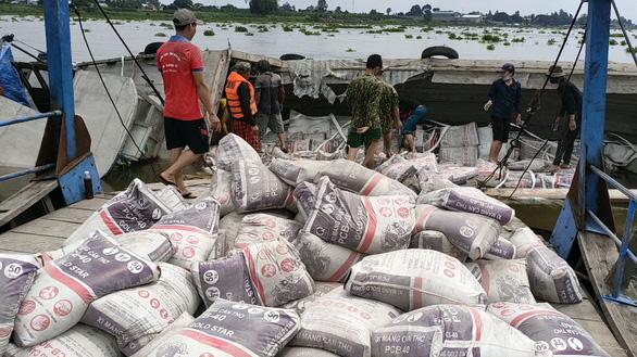 Cứu sống 2 vợ chồng vụ lật ghe chở 50 tấn ximăng trên sông Hậu - Ảnh 2.