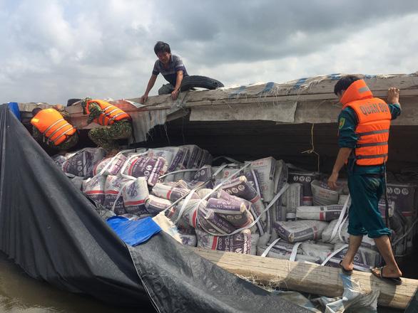 Cứu sống 2 vợ chồng vụ lật ghe chở 50 tấn ximăng trên sông Hậu - Ảnh 1.