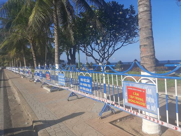 Khánh Hòa lập nhiều tổ kiểm tra, dựng barie bãi biển phòng chống COVID-19 - Ảnh 3.