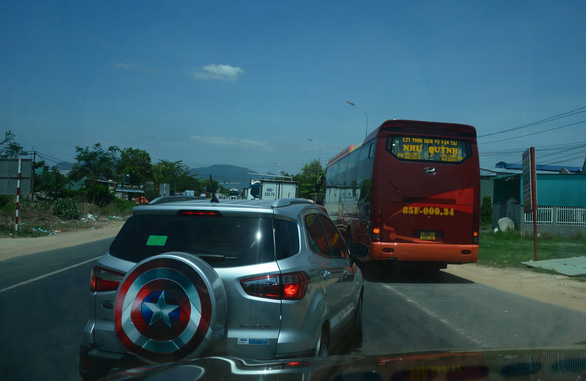 Hai xe máy va chạm ở Bình Thuận, quốc lộ 1 về TP.HCM nhanh chóng ùn ứ - Ảnh 4.