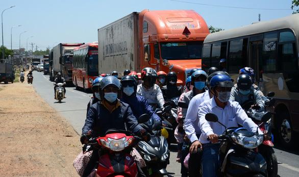 Hai xe máy va chạm ở Bình Thuận, quốc lộ 1 về TP.HCM nhanh chóng ùn ứ - Ảnh 2.